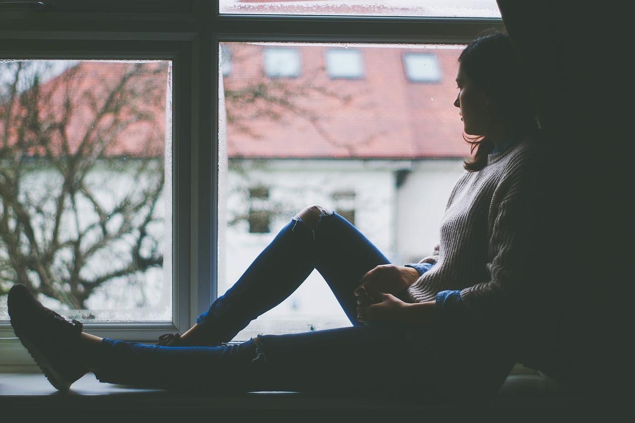 イメージ画像 窓辺にたたずむ女